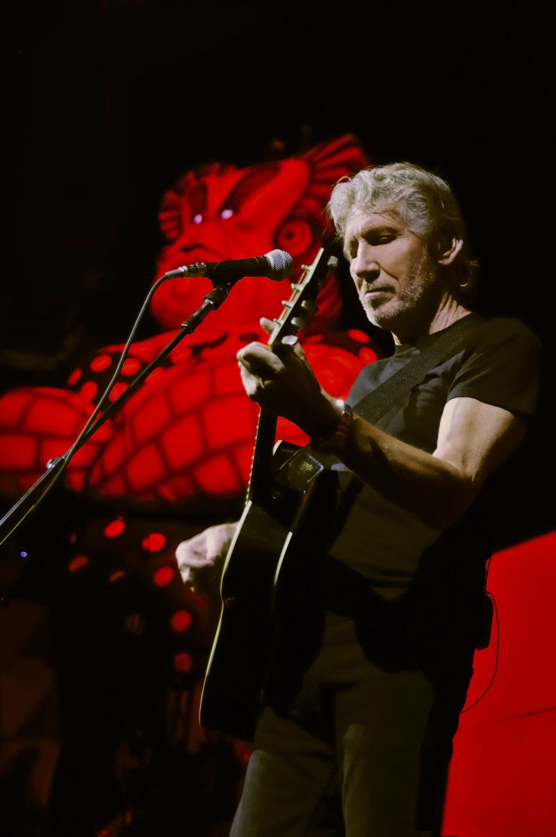Roger Waters playing in September 2010 on Wall Tour Live