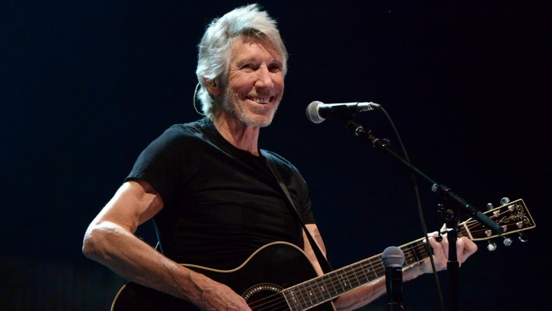 Roger Waters Tour 2017 - Roger Smiling Playing Guitar
