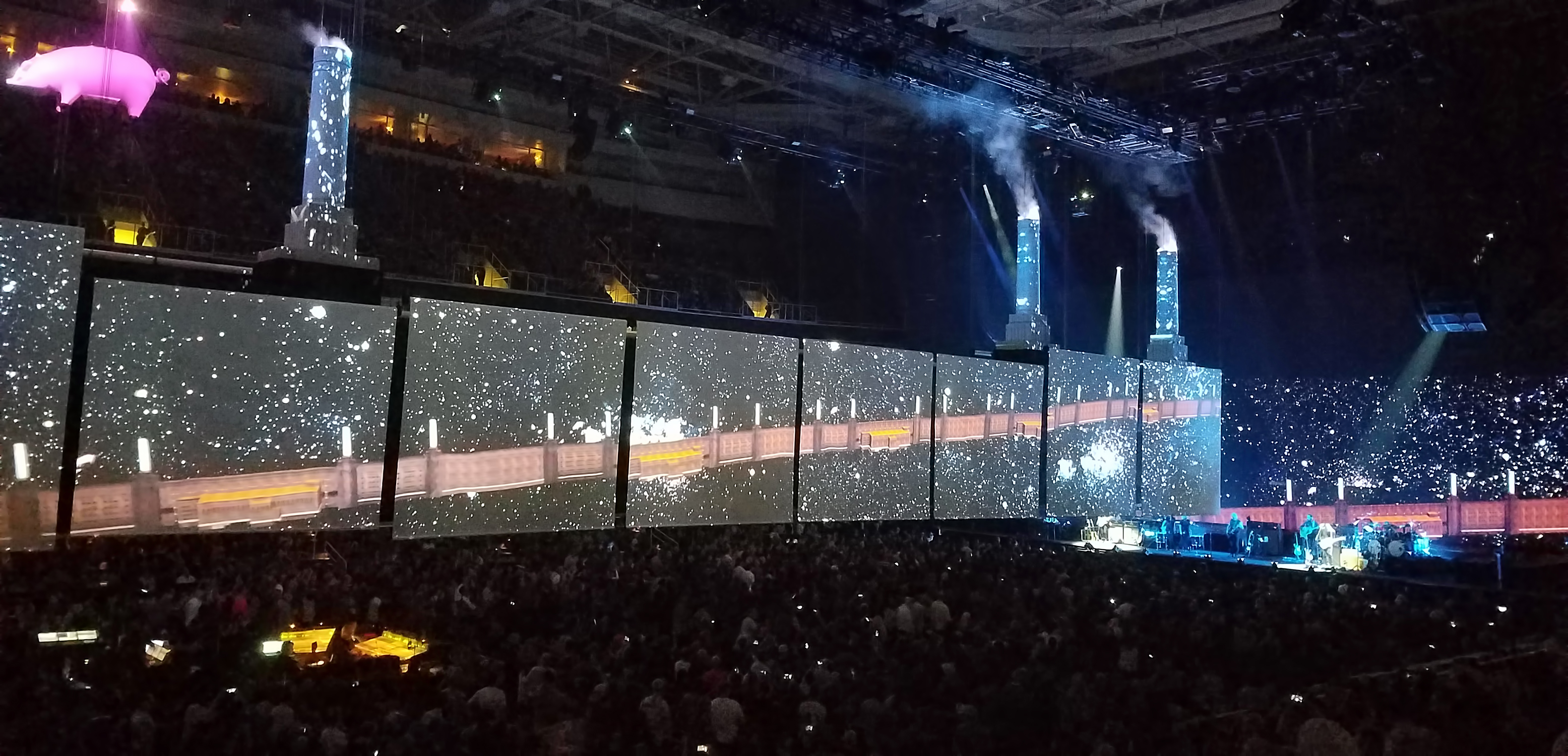Roger Waters Tour 2017 - View of the Stage and Audience - US and Them Tour